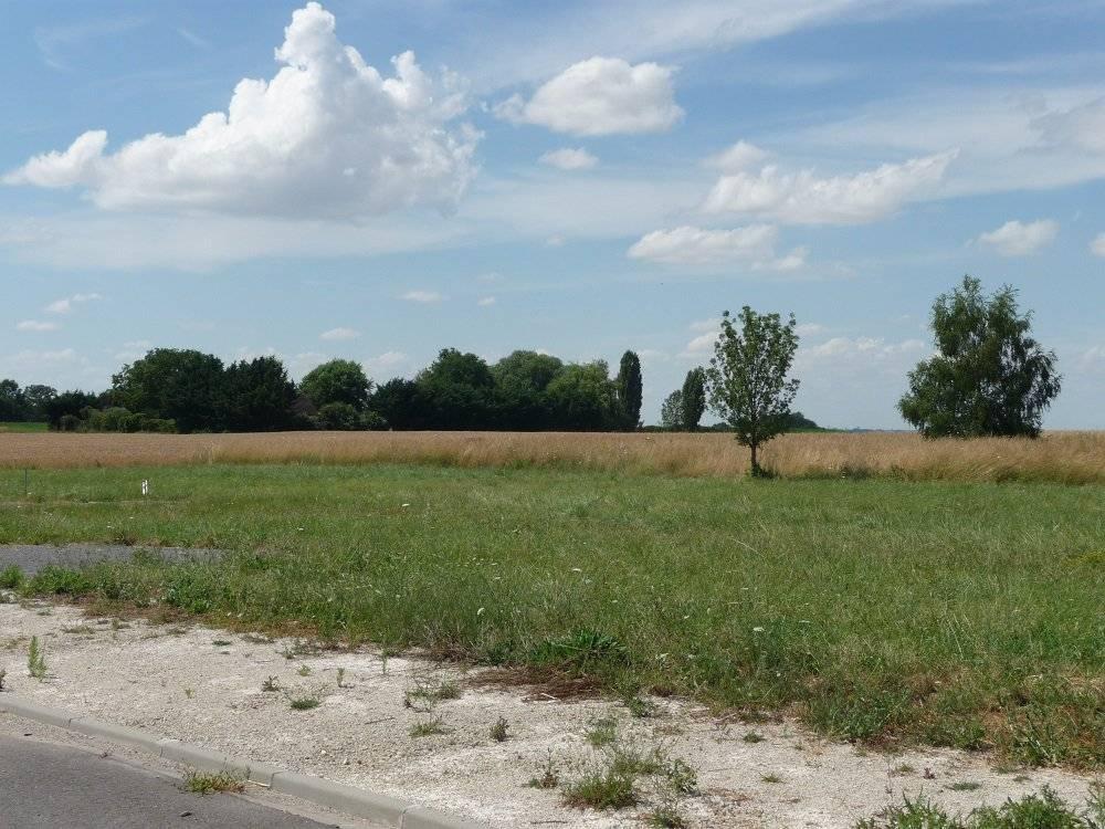 Terrain  constructible de 671m², dans village avec commerces et écoles.