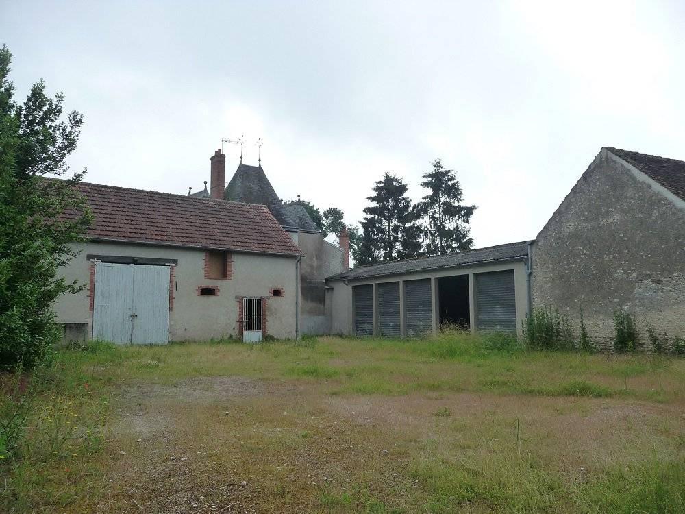 Immeuble avec terrain , dépendance et garage.