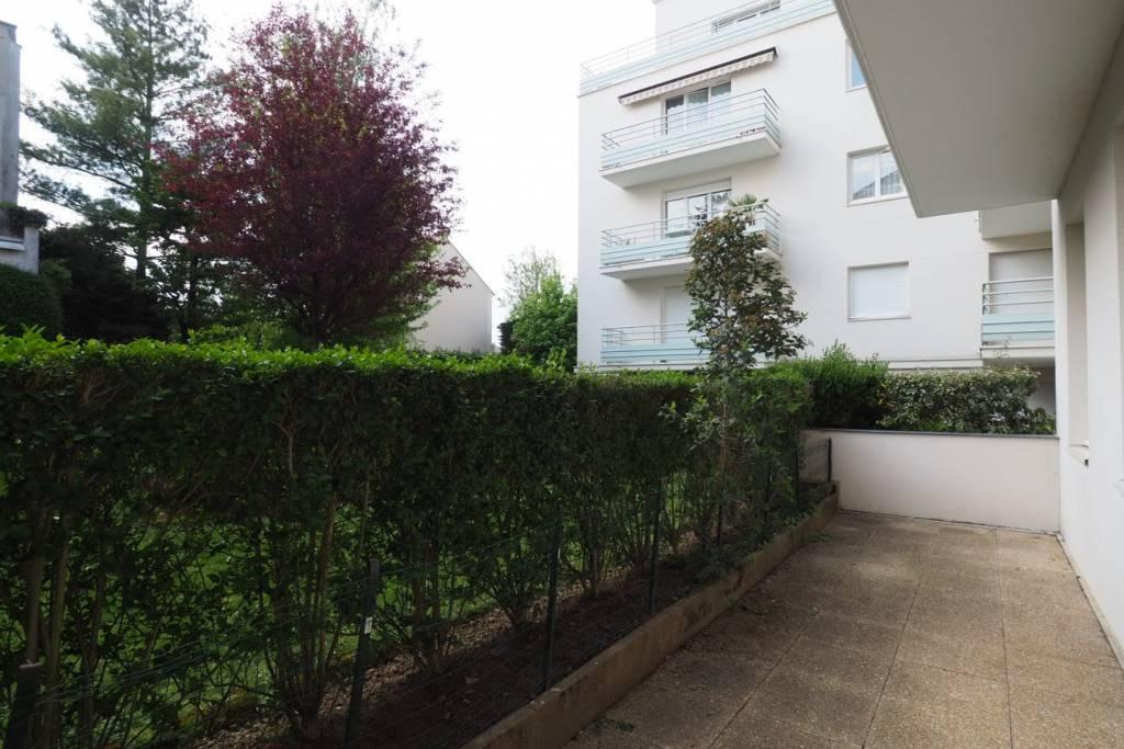 Eaubonne, centre ville 2 pièces avec terrasse en rez de jardin