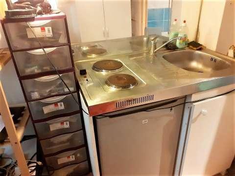 cuisine ouverte / kitchenette équipée donnant sur séjour avec parquet