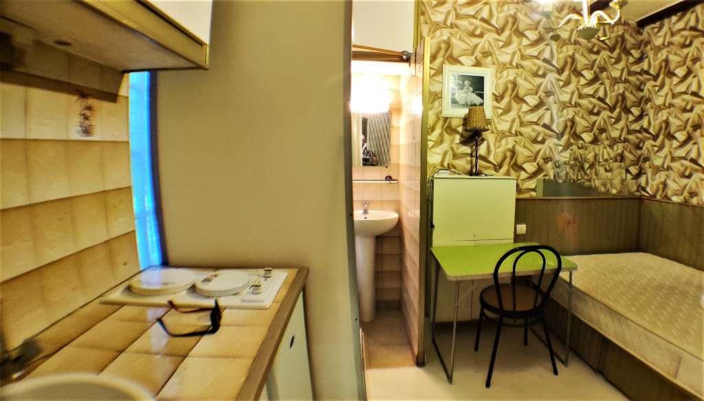 pièce principale / séjour / cuisine ouverte / chambre / salon / calme et lumineux / situé sur cour de l'immeuble en copropriété