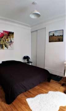 chambre à coucher avec parquet et rangement au calme