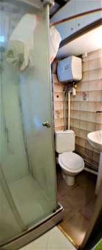 salle de bains avec douche / lavabo / évier / toilette privatif / grande fenêtre