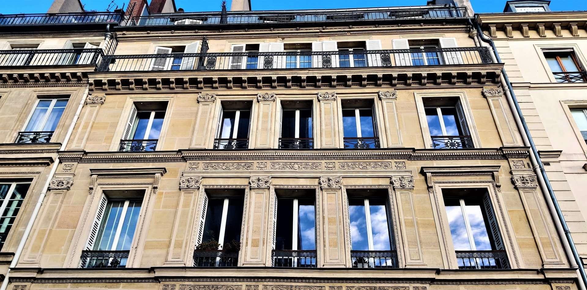 facade de l'immeuble ancien en copropriété donnant sur place / face au monument de Paris / proximité gare