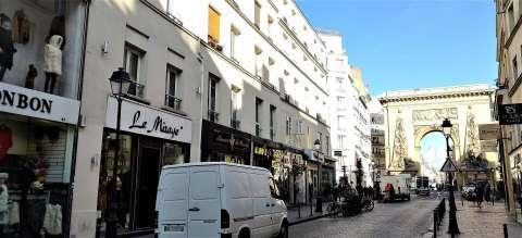 rue saint denis vue sur monument facade ravalée immeuble en copropriété