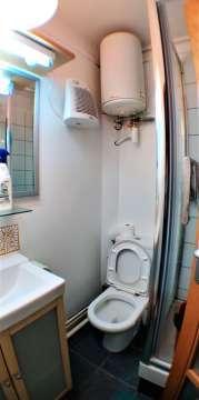 salle de bains rénovée et carrelée avec douche / toilette / meuble de rangement / aération / chauffage
