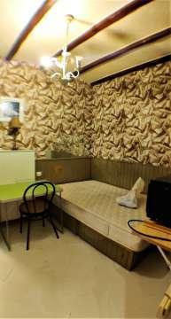 chambre / coin nuit / bon état avec hauteur sous plafonds et poutres apparentes