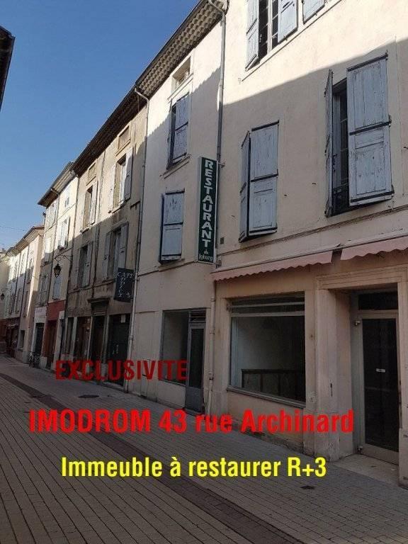 Rue piétonne centre Crest petit immeuble pour investisseur