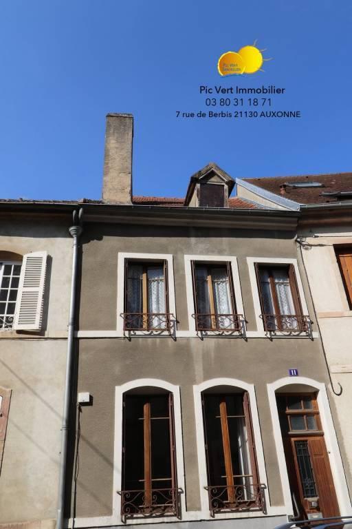 Maison de ville, 130 m², 2 ch, cour, dépendances, grenier, cave