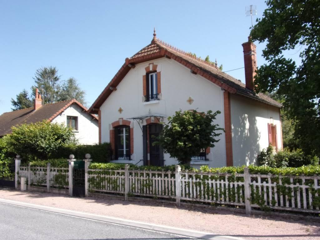 20 Km est Moulins, sur 986 m² maison indépendante 4 chambres