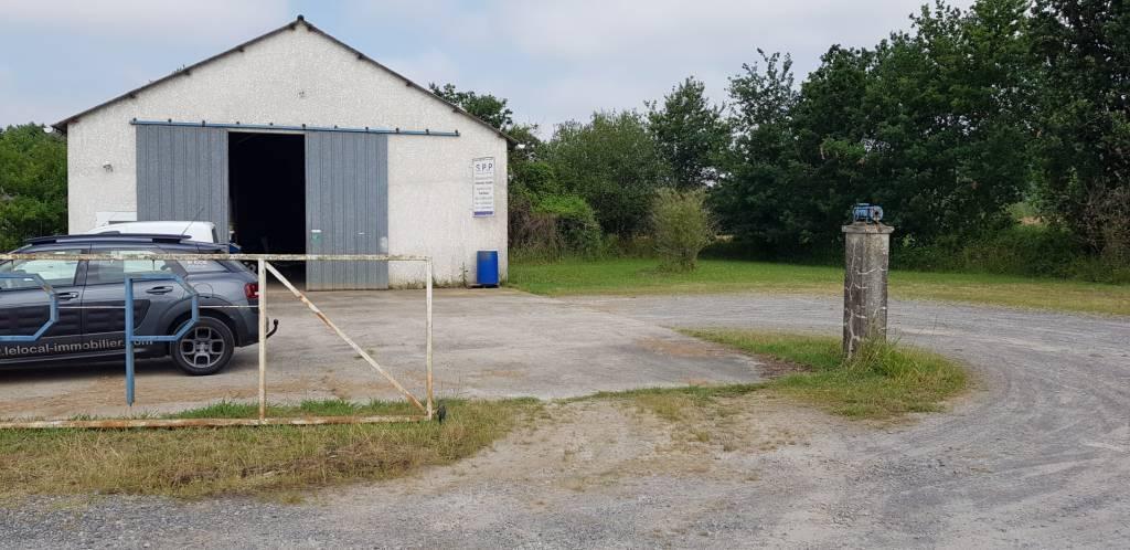 Hangar  avec terrain