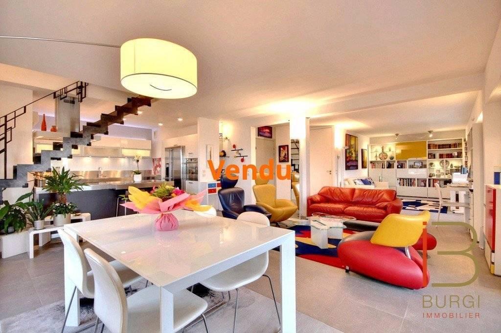 Saint-Raphaël proche centre: Duplex 3/4P contemporain de 100m² en dernier étage, avec terrasses, solarium, spa, deux garages et une cave. Exclusivité