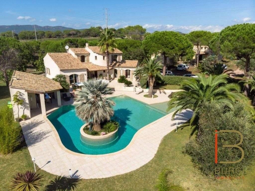 Villa 7 pièces de 220 m² sur 3000 m² de terrain avec piscine.
