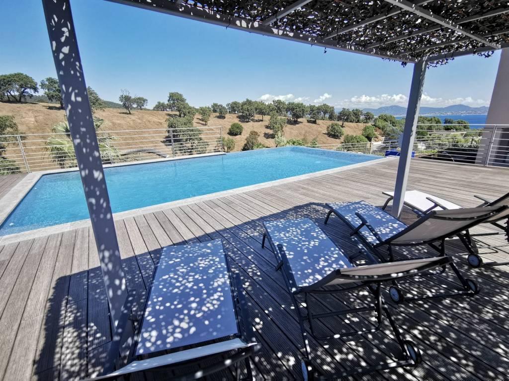 Rez de villa avec vue met et piscine