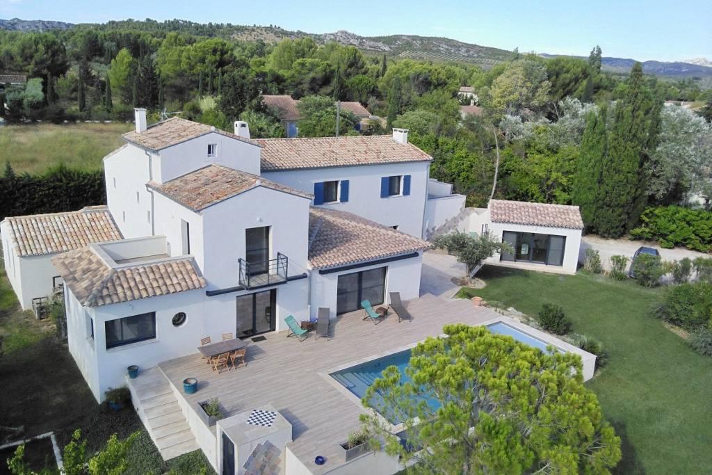 Au coeur d'un des plus beau village des Alpilles, charmante VILLA contemporaine totalisant 400 m² construits.