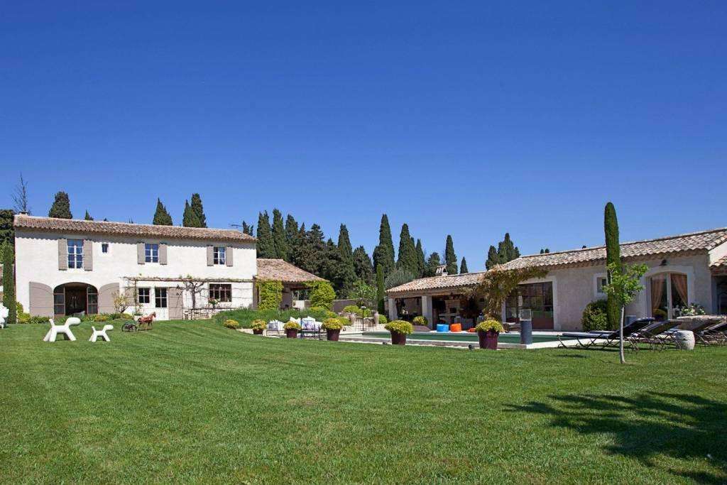 Sur les hauteurs de Saint Rémy de Provence, charmante PROPRIETE  4 chambres, logement invités et piscine chauffée.
