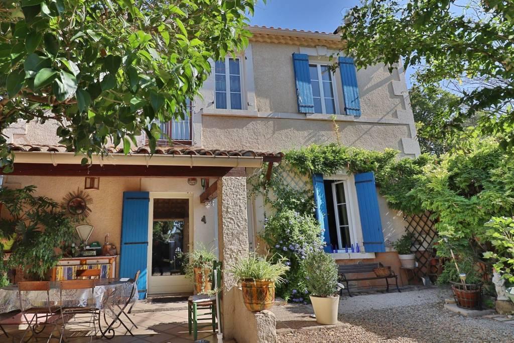 Exclusif - A pied au village d'Eyragues, jolie MAISON ancienne d'environ 150 m² avec parking et grande cour.
