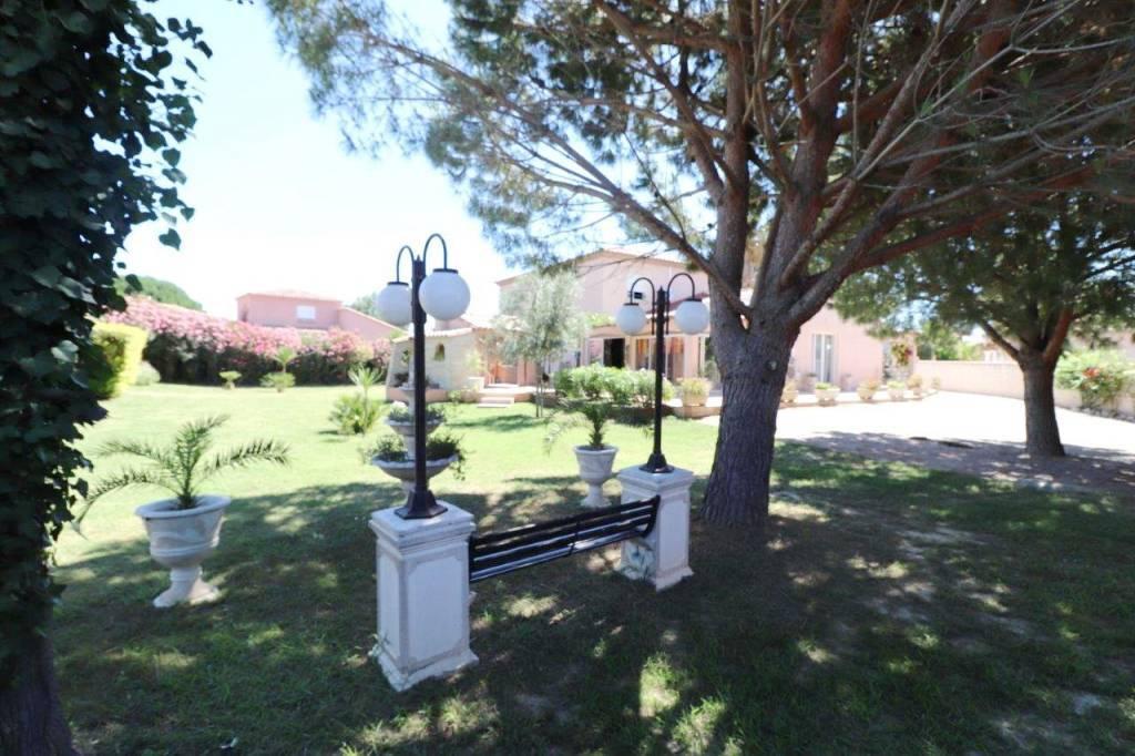 Belle villa composée de plusieurs appartements loués, sur un grand terrain avec piscine, à la vente à Bompas!