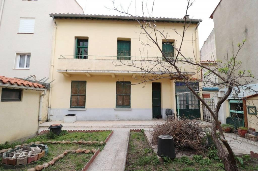 Perpignan, quartier gare. Grande maison de ville avec jardin, garage et dépendances