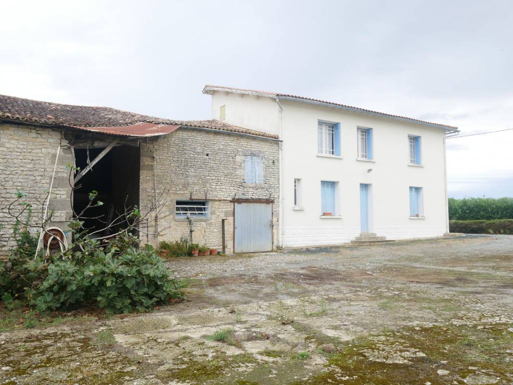 Maison de 160m² sur 1785m² à rénover avec annexes