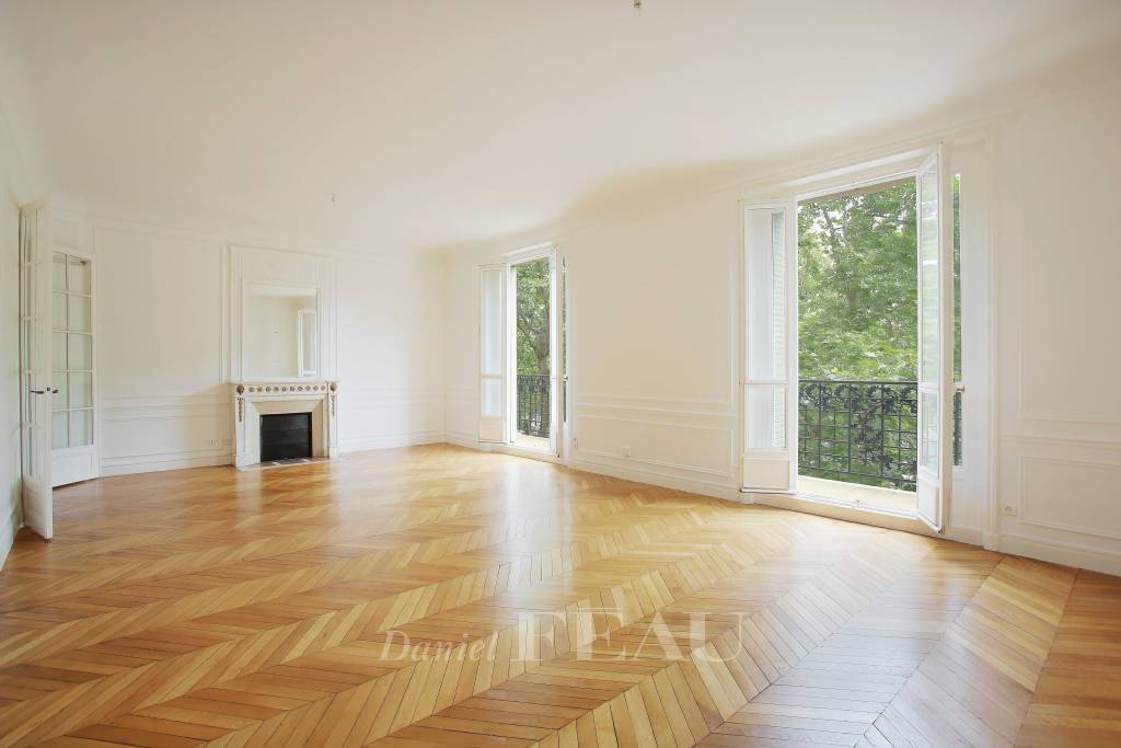 Paris 7th District – A beautiful 2-bed apartment with a balcony