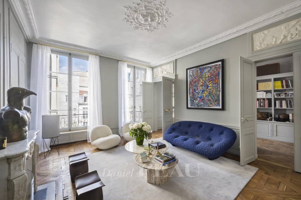 Paris 4th District – A renovated pied a terre in a historic building