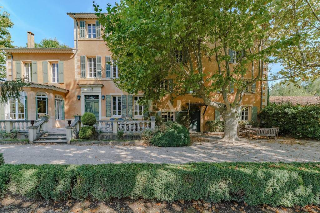 Between the Luberon and Verdon areas – A superb 19th century mansion