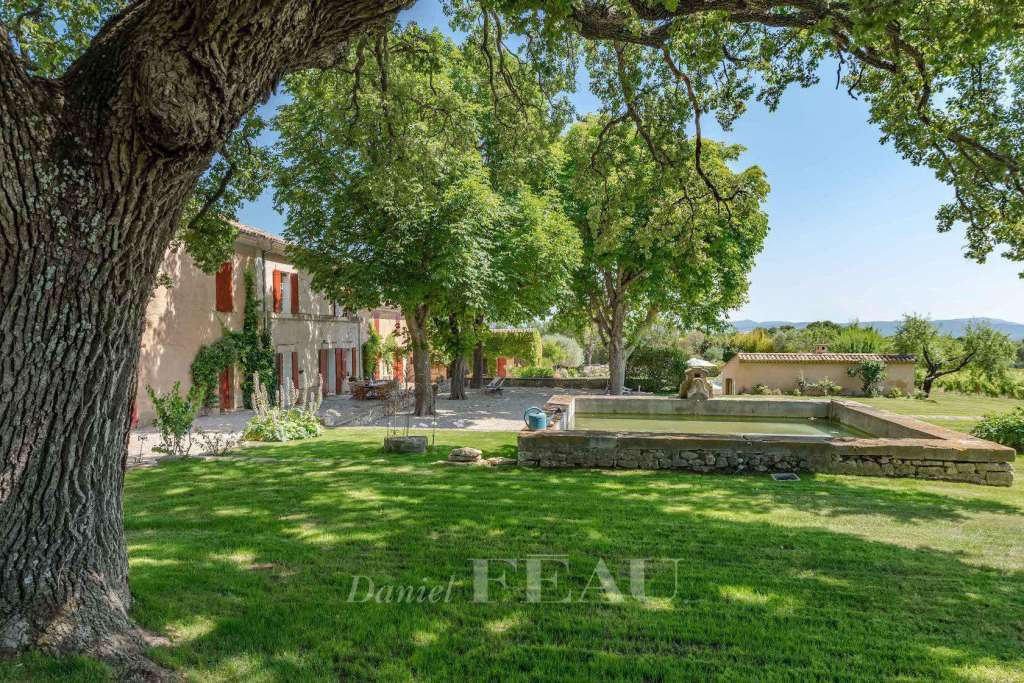 In the Aix countryside – A historic property in superb grounds