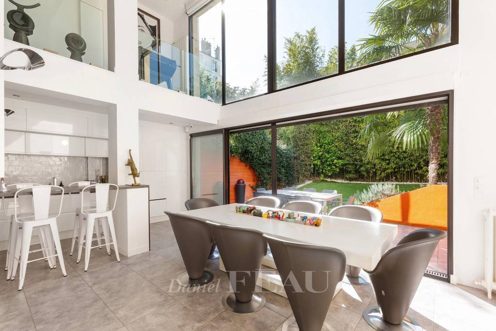 Boulogne – An architect-designed property with a garden