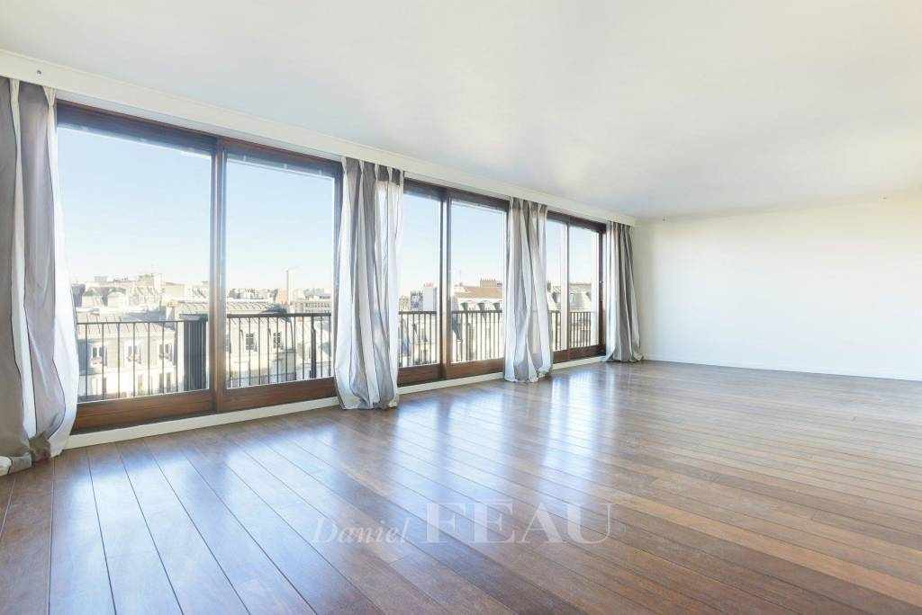 Paris 14th District – A 4-room apartment with a balcony