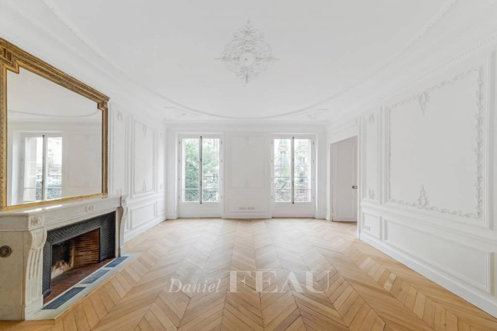 Salon lumineux volumes hauteur sous plafond