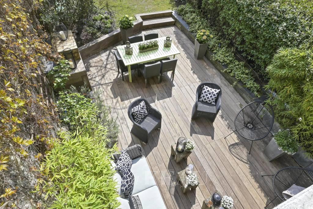 Neuilly-sur-Seine  -  A duplex apartment with a garden