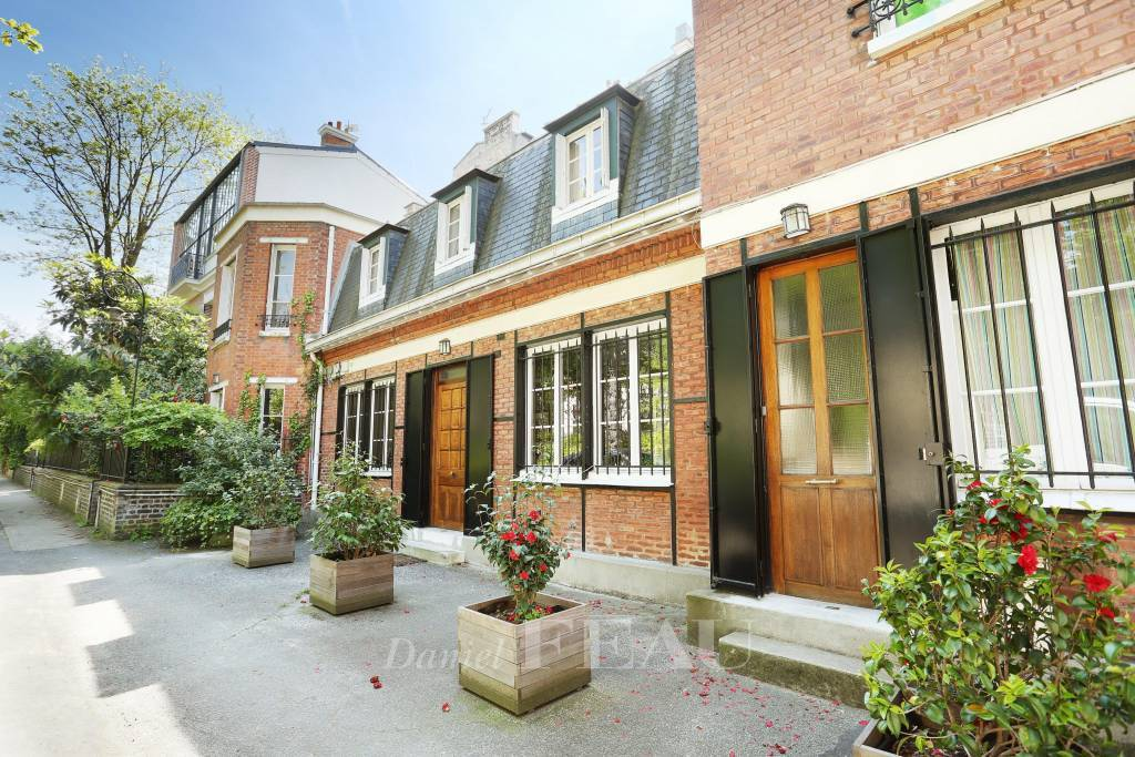 Paris 14th District – A peaceful 5-bed Town House in a private street.  In perfect condition