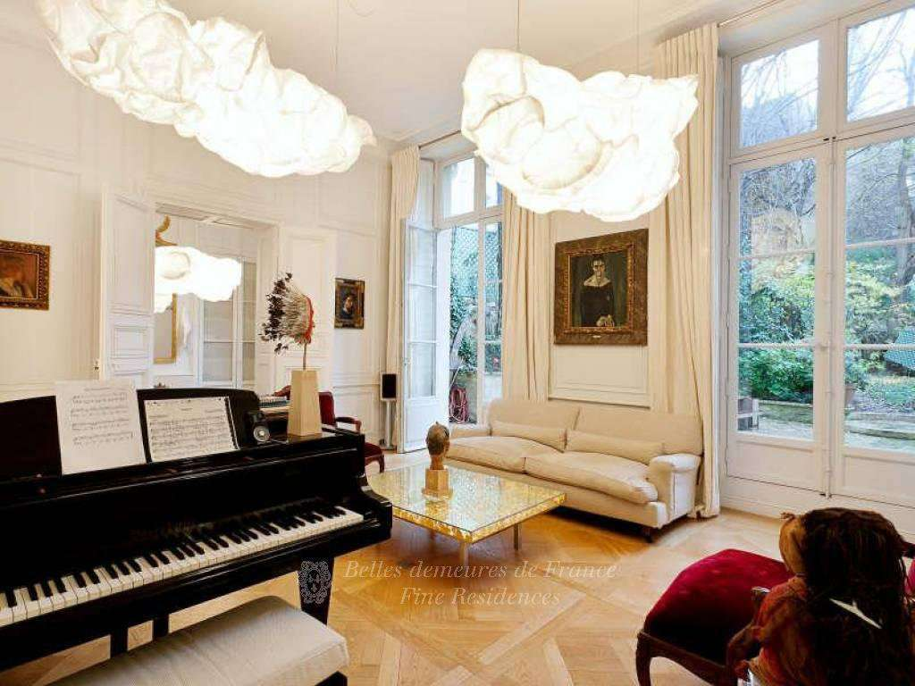 Paris 5th District – A sumptuous private mansion with a garden