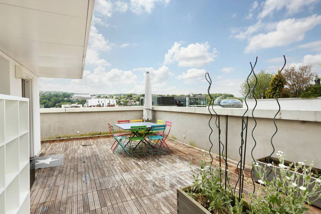 Boulogne – A duplex apartment with a terrace and sundeck.