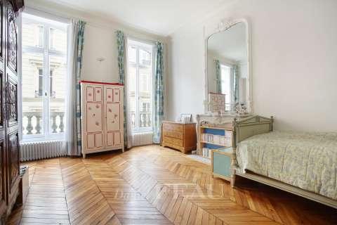 Chambre, parquet, moulures, cheminée