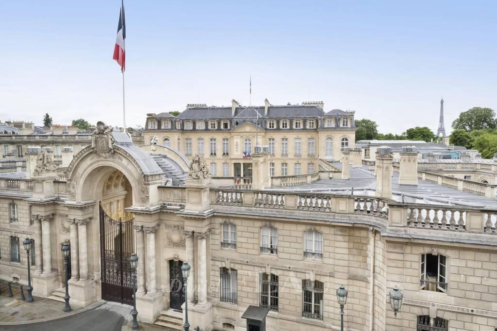 Vue sur le Palais de l'Elysée et la Tour Eiffel