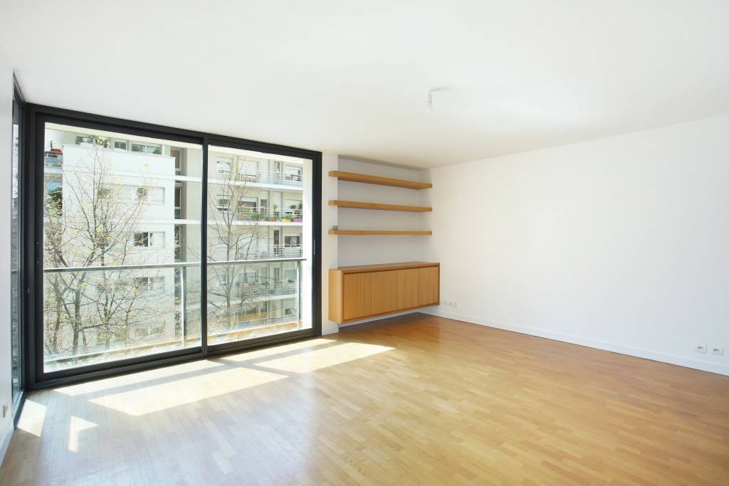Paris 15th District – A sunny 2-bed apartment with a balcony