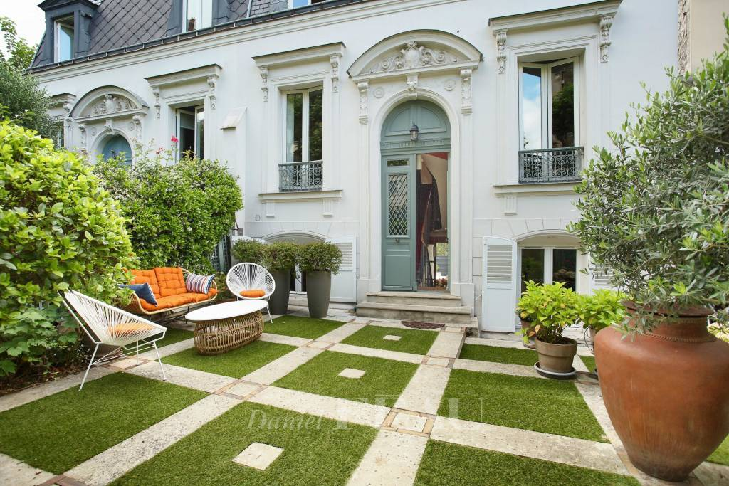 Paris 16th District – A magnificent private mansion with a garden
