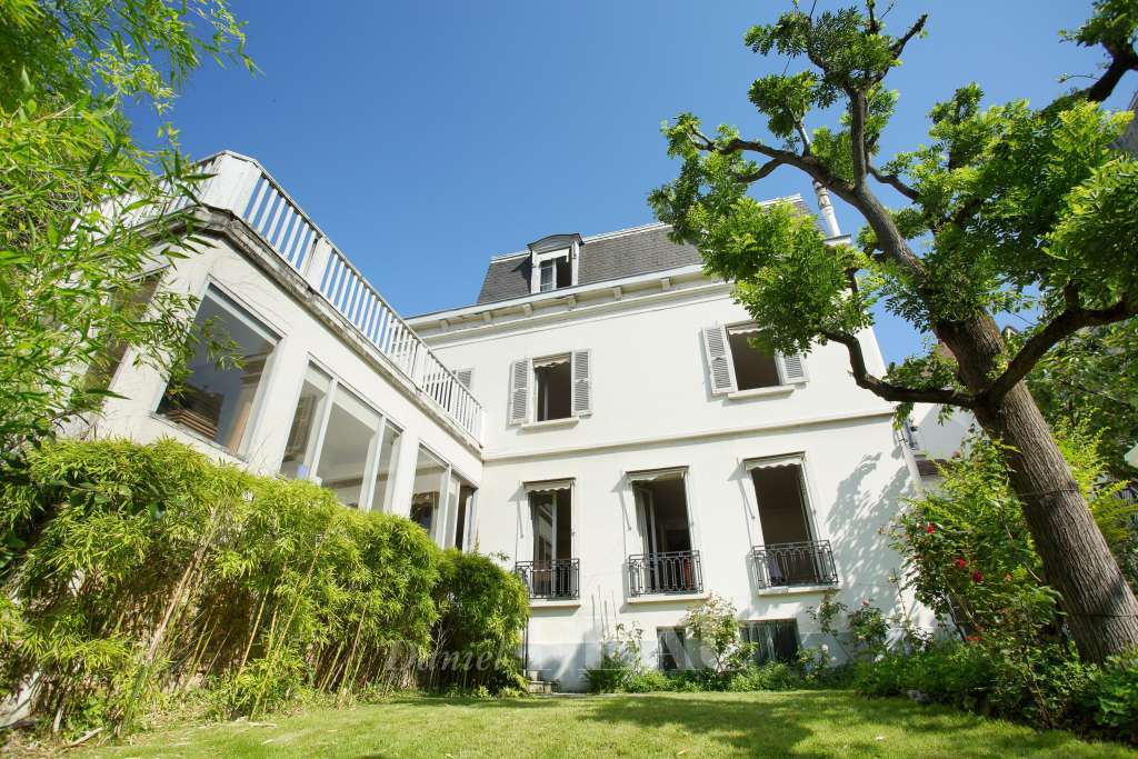 Paris 16th District – A charming private mansion in a prime location