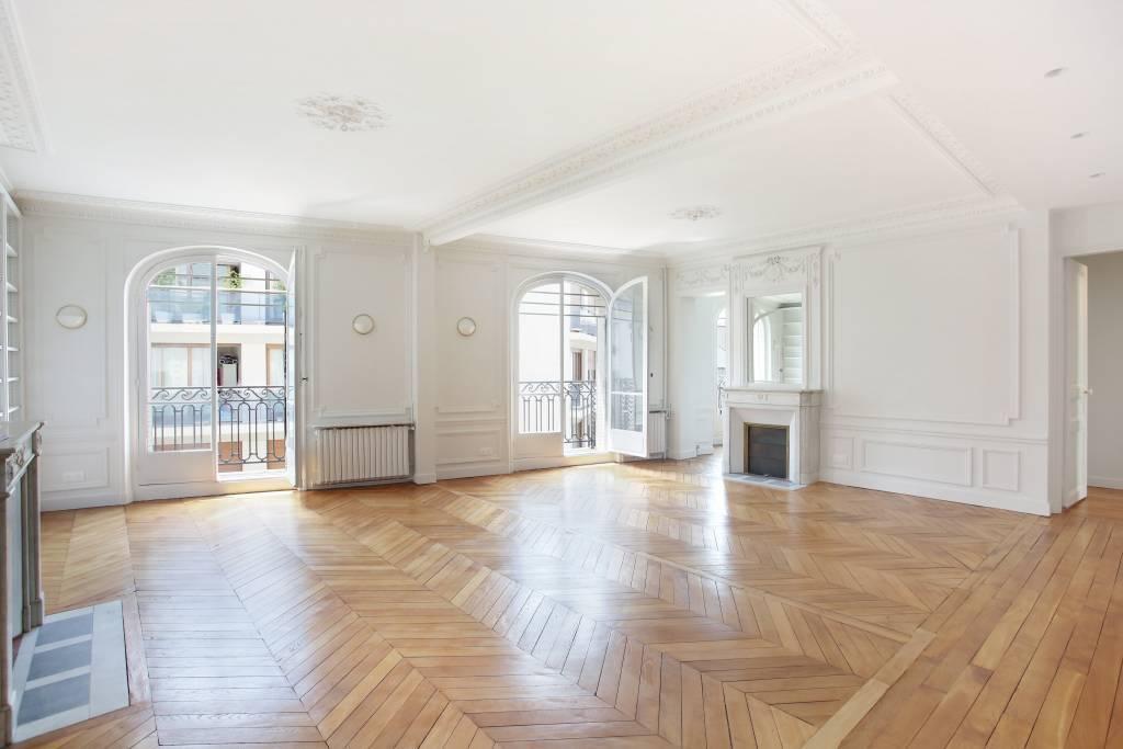 Paris 6th District – A renovated 4-room apartment