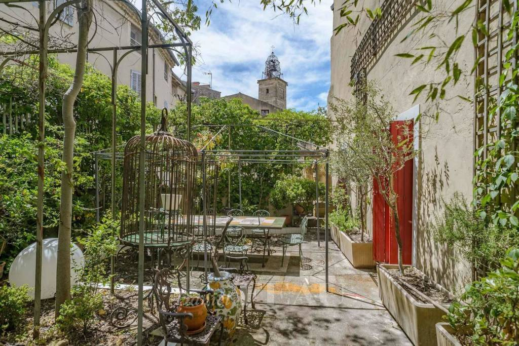 Between Aix and Avignon – An exceptional 16th century private mansion