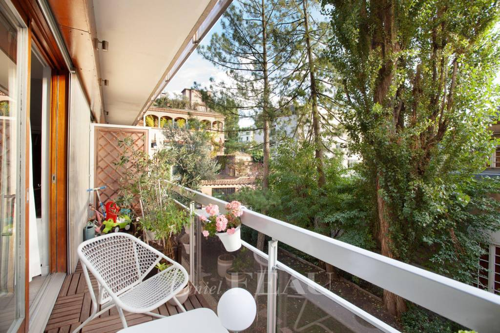 Neuilly-sur-Seine  -  A sunny pied a terre with a balcony