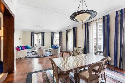Living-room / dining-room, wooden floor, mouldings