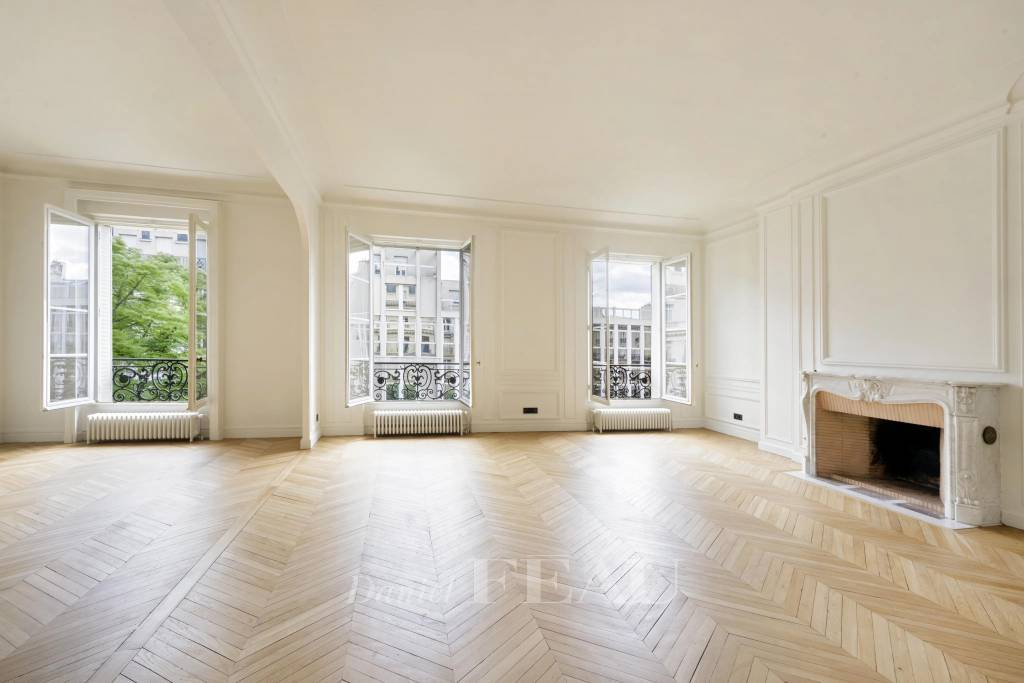 Paris 17th District – A renovated 4-bed apartment