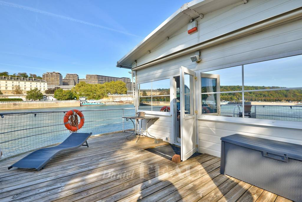 Boulogne- Billancourt   - A house-boat benefiting from a panoramic view