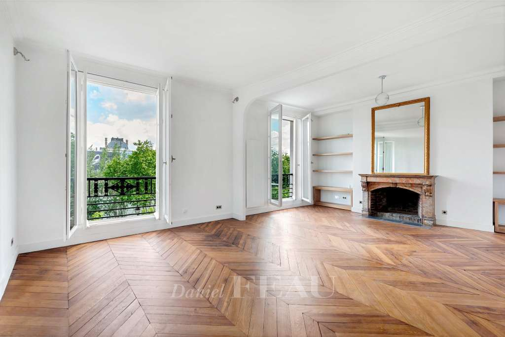 Living room, overview on Seine and Louvre