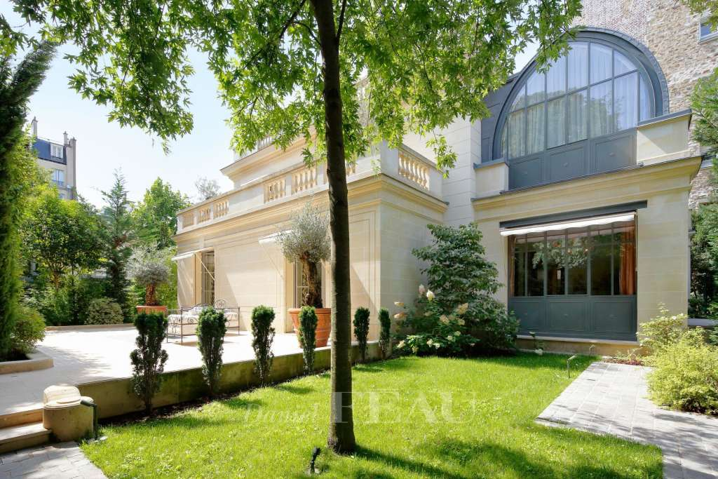 Neuilly-sur-Seine – A magnificent private mansion in an extensive private garden.