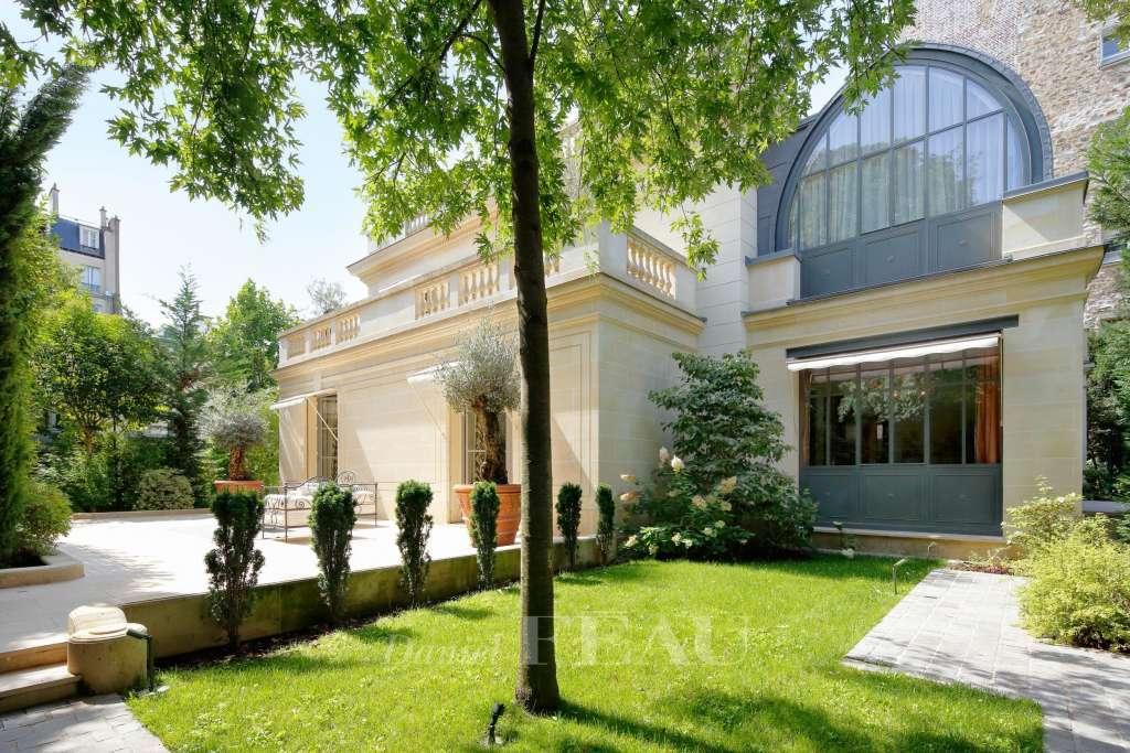 Neuilly – Hôtel Particulier avec jardin