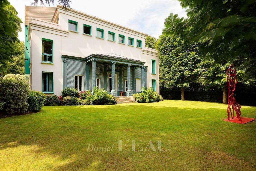 Paris 16th District – A magnificent private mansion in a prime location